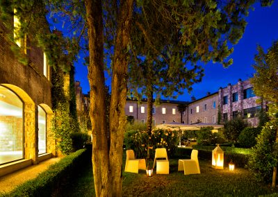 cenacolo_assisi_patio_night