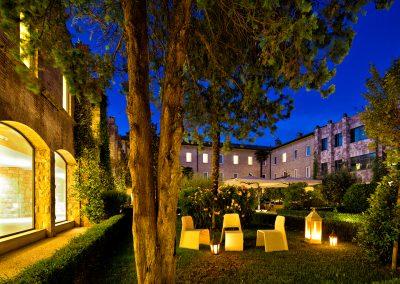 cenacolo_assisi_patio_night